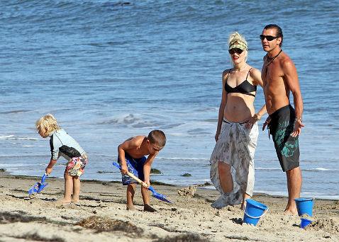 Гвен Стефани и Гэвин Россдейл во время прогулки по пляжу Малибу